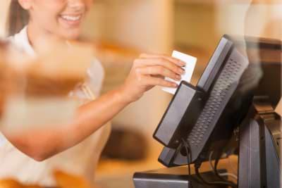 Dame bezahlt mit EC Karte ihre IPL Laserbehandlung