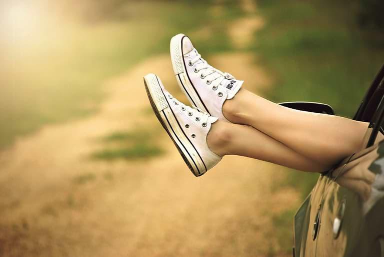 Beine aus Auto hängend glatte Beine mit Epilierer